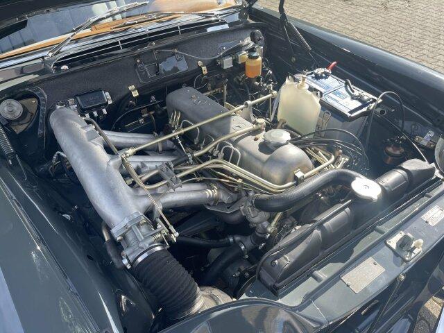 Mercedes-Benz 220